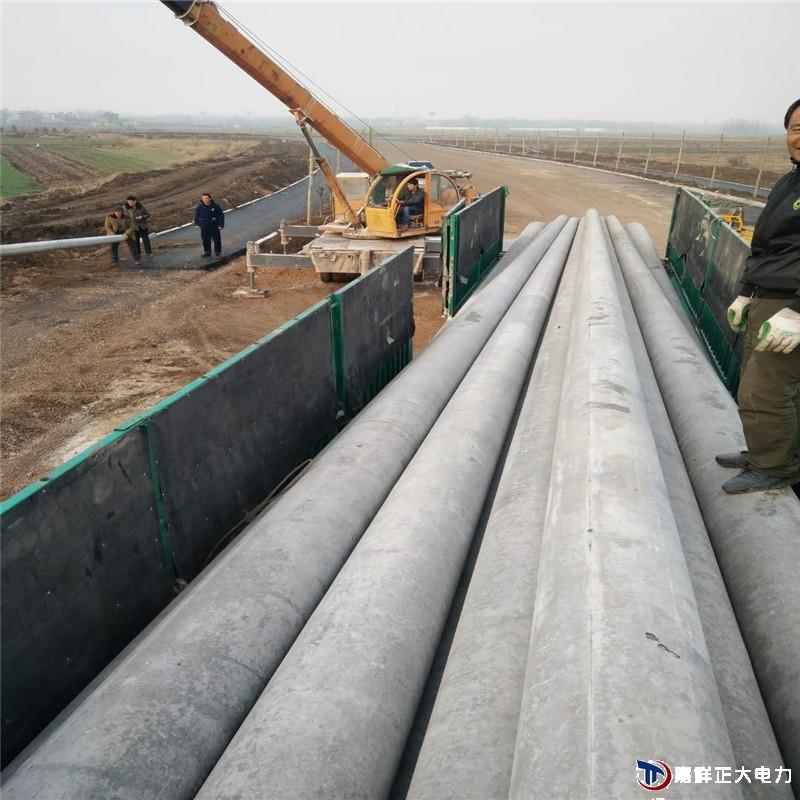 15米国标水泥电线杆已经运达安徽凤阳客户给予电线杆卸车照片